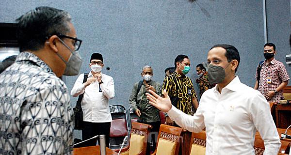 Mendikbudristek Nadiem Makarim berbincang dengan anggota Komisi X DPR Putra Nababan usai rapat kerja di Kompleks Parlemen Senayan, Jakarta, Selasa (15/6). Foto: Ricardo - JPNN.com