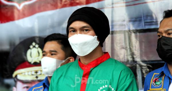 Polres Jakarta Barat menghadirkan Erdian Aji Prihartanto alias Anji dalam jumpa pers kasus penyalahgunaan narkoba, Rabu (16/6). Polisi telah menetapkan Anji sebagai tersangka kasus narkoba dengan barang bukti 30 gram ganja. Foto: Ricardo - JPNN.com