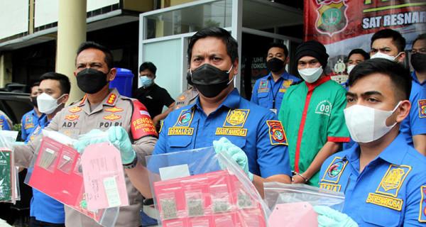 Jajaran Polres Jakarta Barat mengelar jumpa pers, Rabu (16/6) guna memperlihatkan ganja barang bukti kasus Erdian Aji Prihartanto alias Anji. Polisi telah menetapkan Anji sebagai tersangka kasus penyalahgunaan narkoba. Foto: Ricardo - JPNN.com