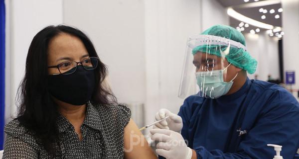 Petugas kesehatan menyuntikkan vaksin Covid-19 kepada karyawan Danone Indonesia pada kegiatan Vaksinasi Gotong Royong di SICC, Sentul, Bogor, Jawa Barat, Kamis (17/6). Sebanyak 5.000 karyawan Danone Indonesia menerima suntikan dalam program vaksinasi itu. Foto: Ricardo - JPNN.com