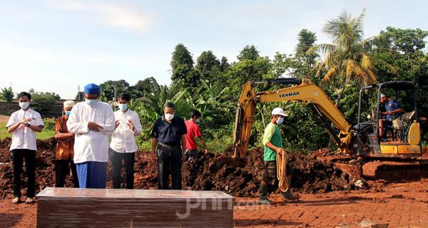 Keluarga korban Covid-19 melakukan salat jenazah di TPU Jombang, Tangerang Selatan (Tangsel), Banten, Senin (21/6). Angka kematian akibat Covid-19 di Tangsel pascalibur Lebaran meningkat rata-rata 20 persen. Dalam sehari terdapat 5-10 jenazah korban Covid-19 yang dimakamkan di TPU tersebut. Foto: Ricardo - JPNN.com