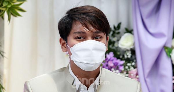 Artis Rizky Billar menghadiri konferensi pers di Jakarta, Rabu (23/6), guna menjelaskan persiapan pernikahannya dengan Lesti Kejora. ANTV akan menyiarkan rangkaian pernikahan Rizky Billar dan Lesti Kejora pada 4 Juli 2021, 12 Juli 2021 dan 5 Agustus 2021 dengan menerapkan protokol kesehatan. Foto: Ricardo - JPNN.com