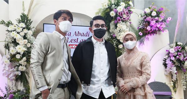 Vice President Director ANTV Otis Hahijary (tengah) berpose bersama pasangan artis Rizky Billar dan Lesti Kejora usai konferensi pers di Jakarta, Rabu (23/6). ANTV akan menyiarkan rangkaian pernikahan Rizky Billar dan Lesti Kejora pada 4 Juli 2021, 12 Juli 2021 dan 5 Agustus 2021 dengan menerapkan protokol kesehatan. Foto: Ricardo - JPNN.com