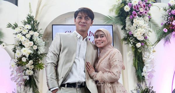 Artis Rizky Billar dan Lesti Kejora berfoto bersama usai konferensi pers di Jakarta, Rabu (23/6), guna menjelaskan persiapan pernikahan mereka. ANTV akan menyiarkan rangkaian pernikahan Rizky Billar dan Lesti Kejora pada 4 Juli 2021, 12 Juli 2021 dan 5 Agustus 2021 dengan menerapkan protokol kesehatan. Foto: Ricardo - JPNN.com