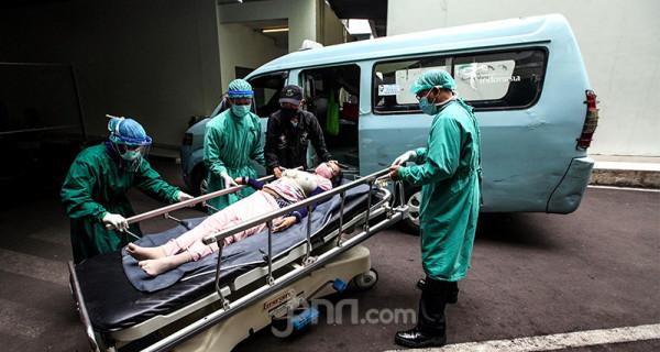 Petugas kesehatan di RSUD Cengkareng, Jakarta Barat, menangani warga yang diduga terpapar Covid-19, Kamis (24/6). Kasus baru Covid-19 di Indonesia pada 24 Juni 2021 mencapai 20.547 sehingga total jumlah kasus sejak awal pandemi menembus angka 2.053.995. Foto: Ricardo - JPNN.com