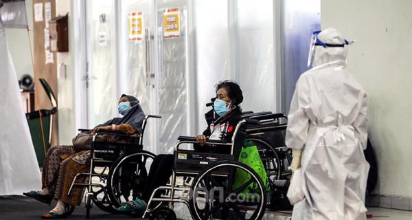 Suasana penanganan pasien Covid-19 di RSUD Cengkareng, Jakarta Barat, Kamis (24/6). Kasus baru Covid-19 di Indonesia pada 24 Juni 2021 mencapai 20.547 sehingga total jumlah kasus sejak awal pandemi menembus angka 2.053.995. Foto: Ricardo - JPNN.com