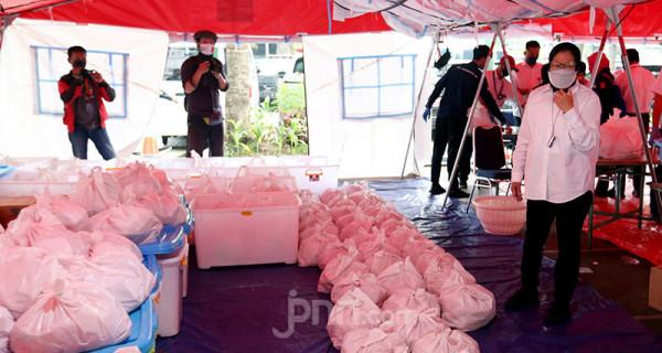 Menteri Sosial Tri Rismaharini saat meninjau dapur umum Tagana di Halaman Gedung Kemensos, Jakarta, Senin (28/6). Kemensos menyiapkan makanan siap saji untuk dibagikan kepada warga dan tenaga kesehatan yang terdampak Covid-19. Foto: Ricardo - JPNN.com
