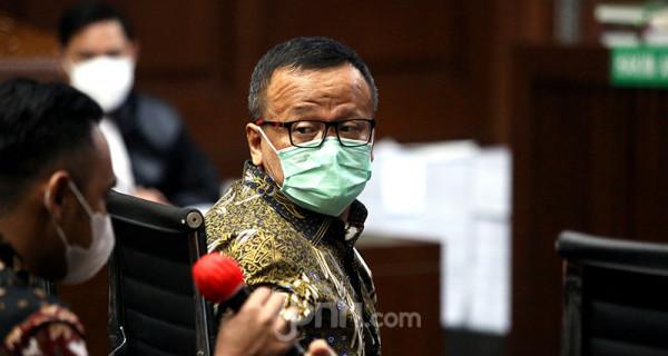 Terdakwa kasus dugaan suap izin ekspor benih lobster tahun 2020 Edhy Prabowo menjalani sidang pembacaan tuntutan di Pengadilan Tipikor, Jakarta, Selasa (29/6). Jaksa Penuntut Umum KPK menuntut mantan Menteri Kelautan dan Perikanan tersebut dengan hukuman 5 tahun penjara dan denda Rp400 juta subsider 6 bulan kurungan. Foto: Ricardo - JPNN.com