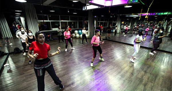 Peserta mengikuti latihan senam di Bollywood Fitness Dance, Jakarta, Rabu (30/6). Aktivitas senam Bolly D tetap berjalan dengan menerapkan protokol kesehatan. Foto: Ricardo - JPNN.com