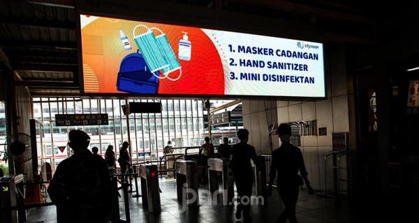 Suasana di area Stasiun Manggarai, Jakarta, Kamis (1/7). Imbauan protokol kesehatan terus digalakan di beberapa fasilitas transportasi umum seperti terminal, bandara, pelabuhan dan stasiun mengingat mulai meningkatnya kembali angka kasus positif Covid-19. Foto: Ricardo - JPNN.com