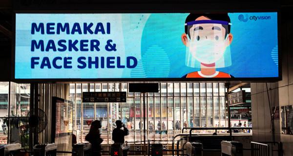 Suasana di area Stasiun Manggarai, Jakarta, Kamis (1/7). Imbauan protokol kesehatan terus digalakan di beberapa fasilitas transportasi umum seperti terminal, bandara, pelabuhan dan stasiun kereta mengingat mulai meningkatnya kembali angka kasus positif Covid-19. Foto: Ricardo - JPNN.com