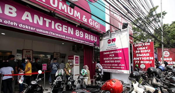 Warga memadati klinik, Jakarta, Kamis (1/7), guna melakukan swab antigen. Sejumlah klinik dan rumah sakit saling bersaing mempromosikan harga yang lebih terjangkau untuk tes swab antigen dan juga PCR, yang dimulai kisaran harga Rp.74.000 hingga Rp.89.000 untuk swab antigen dan Rp.685.000 hingga Rp.695.000 untuk tes PCR. Foto: Ricardo - JPNN.com