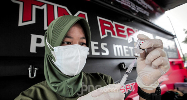 Petugas kesehatan menyiapkan vaksin saat acara vaksinasi massal COVID-19 keliling di Terminal Grogol, Jakarta, Kamis, (1/7). Vaksinasi keliling digelar oleh Polres Metro Jakarta Barat yang bertujuan membantu mempercepat target pemerintah menjalankan program vaksin hingga 7,5 juta bagi warga DKI Jakarta pada Agustus mendatang. Foto: Ricardo - JPNN.com