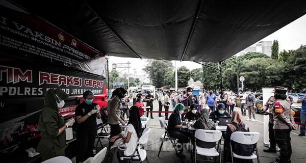 Warga tampak antusias mengikuti vaksinasi massal COVID-19 keliling di Terminal Grogol, Jakarta, Kamis, (1/7). Vaksinasi keliling digelar oleh Polres Metro Jakarta Barat yang bertujuan membantu mempercepat target pemerintah menjalankan program vaksin hingga 7,5 juta bagi warga DKI Jakarta pada Agustus mendatang. Foto: Ricardo - JPNN.com