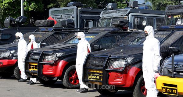 Pasukan Brimob berpakaian Alat Pelindung Diri (APD) mengikuti apel gelar pasukan Aman Nusa II Penanganan Covid-19 di Polda Metro Jaya, Jakarta, Jumat (2/7). Foto: Ricardo - JPNN.com