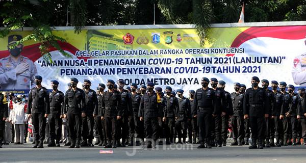 Pasukan Brimob saat mengikuti apel gelar pasukan Aman Nusa II Penanganan Covid-19 di Polda Metro Jaya, Jakarta, Jumat (2/7). Foto: Ricardo - JPNN.com