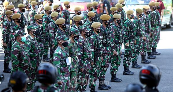 Prajurit TNI saat mengikuti apel gelar pasukan Aman Nusa II Penanganan Covid-19 di Polda Metro Jaya, Jakarta, Jumat (2/7). Foto: Ricardo - JPNN.com