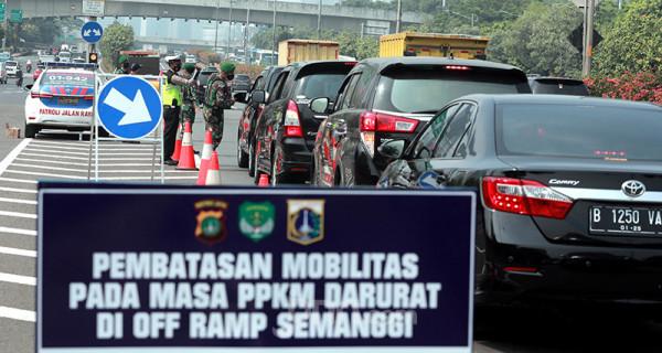 Petugas gabungan dari TNI dan Polri memeriksa setiap kendaraan yang melintas di Tol Dalam Jakarta Kota, Jakarta, Senin (5/7). Penyekatan ini dalam rangka Pemberlakuan Pembatasan Kegiatan Masyarakat (PPKM) Darurat yang berlangsung hingga 20 Juli 2021. Foto: Ricardo - JPNN.com
