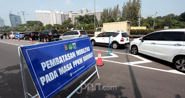 Suasana penyekatan di Tol Dalam Jakarta Kota, Jakarta, Senin (5/7). Penyekatan ini dalam rangka Pemberlakuan Pembatasan Kegiatan Masyarakat (PPKM) Darurat yang berlangsung hingga 20 Juli 2021. Foto: Ricardo - JPNN.com