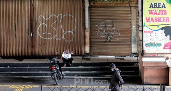 Suasana di kawasan di Pasar Tanah Abang di Jakarta, Senin (5/7), tampak lengang usai pemberlakuan pembatasan kegiatan masyarakat (PPKM) Darurat. Foto: Ricardo - JPNN.com