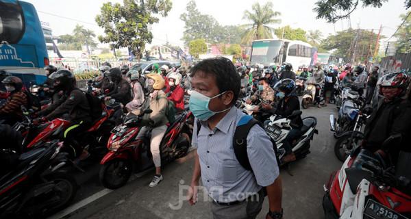 Suasana penyekatan pembatasan menuju Jakarta di kawasan Kalideres, Jakarta, Senin (5/7). Polisi melakukan penyekatan di 63 titik wilayah di Jadetabek saat Pemberlakuan Pembatasan Kegiatan Masyarakat (PPKM) Darurat yang berlangsung hingga 20 Juli 2021. Foto: Ricardo - JPNN.com