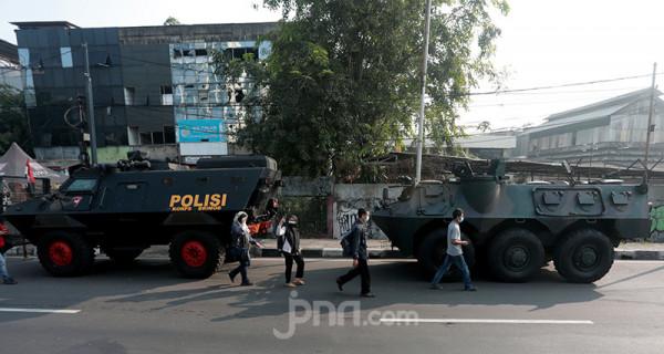 Kendaraan lapis baja milik TNI -Polri bersiaga di pos penyekatan pembatasan menuju Jakarta di kawasan Kalideres, Jakarta, Senin (5/7). Polisi melakukan penyekatan di 63 titik wilayah di Jadetabek saat Pemberlakuan Pembatasan Kegiatan Masyarakat (PPKM) Darurat yang berlangsung hingga 20 Juli 2021. Foto: Ricardo - JPNN.com
