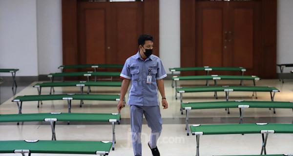 Petugas menyiapkan tempat tidur darurat berupa velbed untuk pasien orang tanpa gejala (OTG) Covid-19 di Kantor Wali Kota Jakarta Selatan, Selasa (6/7). Kantor Wali Kota Jakarta Selatan saat ini sudah menyiapkan sebanyak 99 velbed untuk pasien yang isolasi. Foto: Ricardo - JPNN.com