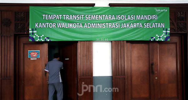 Petugas usai menyiapkan tempat tidur darurat berupa velbed untuk pasien orang tanpa gejala (OTG) Covid-19 di Kantor Wali Kota Jakarta Selatan, Selasa (6/7). Kantor Wali Kota Jakarta Selatan saat ini sudah menyiapkan sebanyak 99 velbed untuk pasien yang isolasi. Foto: Ricardo - JPNN.com