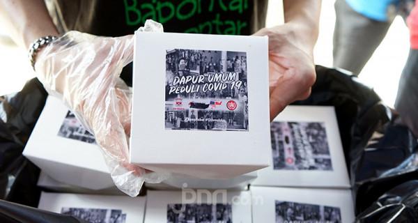 Para sukarelawan menyiapkan makanan di dapur umum di kawasan Karet Semanggi, Setiabudi, Jakarta Selatan, Senin, (12/7). Warga setempat menjadi sukarelawan dengan mendirikan dapur umum untuk membantu masyarakat terdampak PPKM Darurat. Foto: Ricardo - JPNN.com