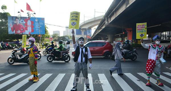 Komunitas Aku Badut Indonesia (ABI) melakukan aksi untuk mengampanyekan pemakaian masker di kawasan Fatmawati, Jakarta Selatan, Senin (12/7). ABI mengajak masyarakat berdisiplin mengenakan masker untuk kepentingan bersama dan mengurangi lonjakan kasus Covid-19. Foto: Ricardo - JPNN.com