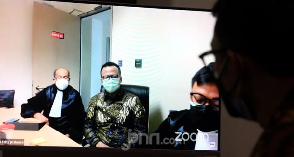 Mantan Menteri KKP Edhy Prabowo (berbatik) yang didakwa menerima suap ekspor benur menjalani sidang virtual PN Tipikor Jakarta yang beragendakan pembacaan vonis, Kamis (15/7). Eddy dijatuhi hukuman lima tahun penjara, denda Rp 400 juta subsider kurungan selama enam bulan, serta membayar uang pengganti sebesar Rp 9,68 miliar dan USD 77.000. Foto: Ricardo - JPNN.com
