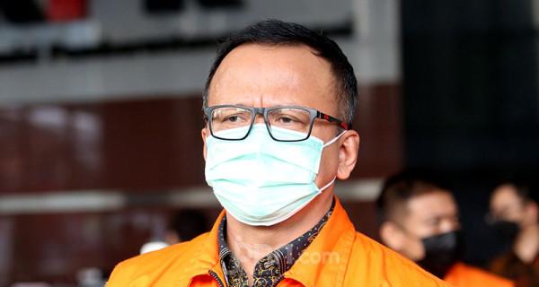 Mantan Menteri KKP Edhy Prabowo yang didakwa menerima suap ekspor benur keluar dari Gedung KPK usai menjalani sidang virtual PN Tipikor Jakarta yang beragendakan pembacaan vonis, Kamis (15/7). Eddy dijatuhi hukuman lima tahun penjara, denda Rp 400 juta subsider kurungan selama enam bulan, serta membayar uang pengganti sebesar Rp 9,68 miliar dan USD 77.000. Foto: Ricardo - JPNN.com