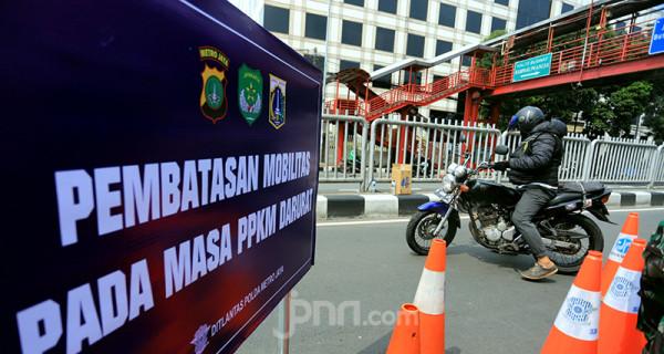 Ditlantas Polda Metro Jaya memasang papan pengumuman penyekatan PPKM Darurat di Underpass Mampang, Jakarta Selatan, Kamis (15/7). Foto: Ricardo - JPNN.com