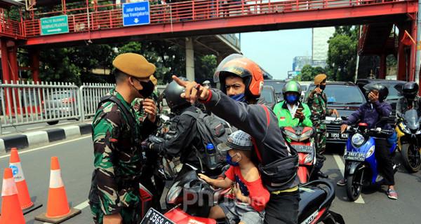 Aparat TNI memeriksa kelengkapan dokumen pengguna jalan di Pos Penyekatan PPKM Darurat Underpass Mampang, Jakarta Selatan, Kamis (15/7). Foto: Ricardo - JPNN.com