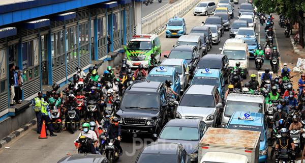 Personel gabungan memeriksa kelengkapan dokumen pengguna jalan di Pos Penyekatan PPKM Darurat Underpass Mampang, Jakarta Selatan, Kamis (15/7). Foto: Ricardo - JPNN.com