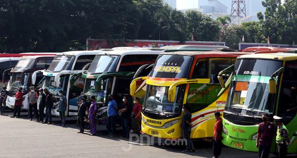 Puluhan bus yang melanggar Pemberlakuan Pembatasan Kegiatan Masyarakat (PPKM) Darurat terparkir di Mapolda Metro Jaya, Jakarta, Sabtu (17/7). Polisi menjaring 36 bus yang kedapatan melanggar ketentuan PPKM Darurat. Foto: Ricardo - JPNN.com