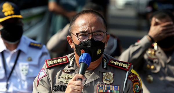 Dirlantas Polda Metro Jaya Kombes Pol. Sambodo Purnomo Yogo menggelar jumpa pers di Jakarta, Sabtu (17/7), guna menjelaskan penindakan terhadap puluhan bus pelanggar PPKM Darurat. Polisi menjaring 36 bus yang kedapatan melanggar ketentuan PPKM Darurat. Foto: Ricardo - JPNN.com